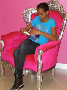 Meisje leest in stoel
